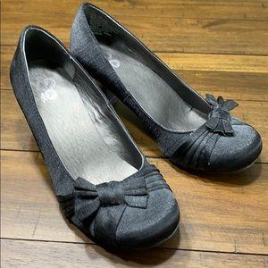 So satin black pumps